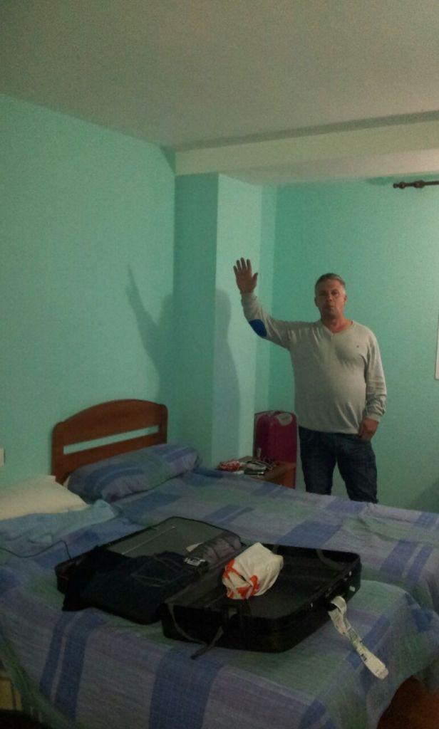 Pa is blij met zijn hotelkamer.